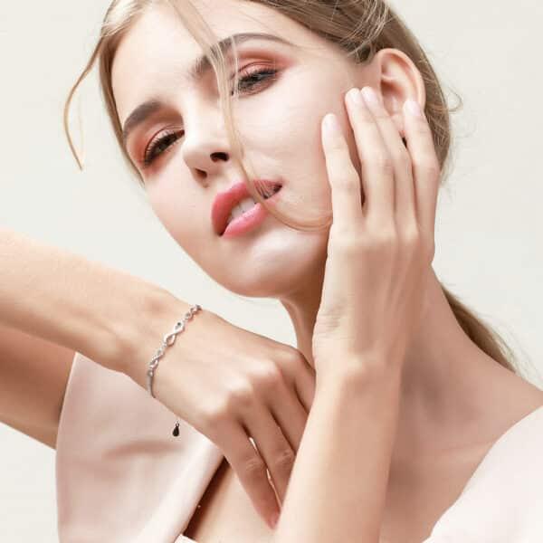 Bracelet Porte-Bonheur Infini au poignet